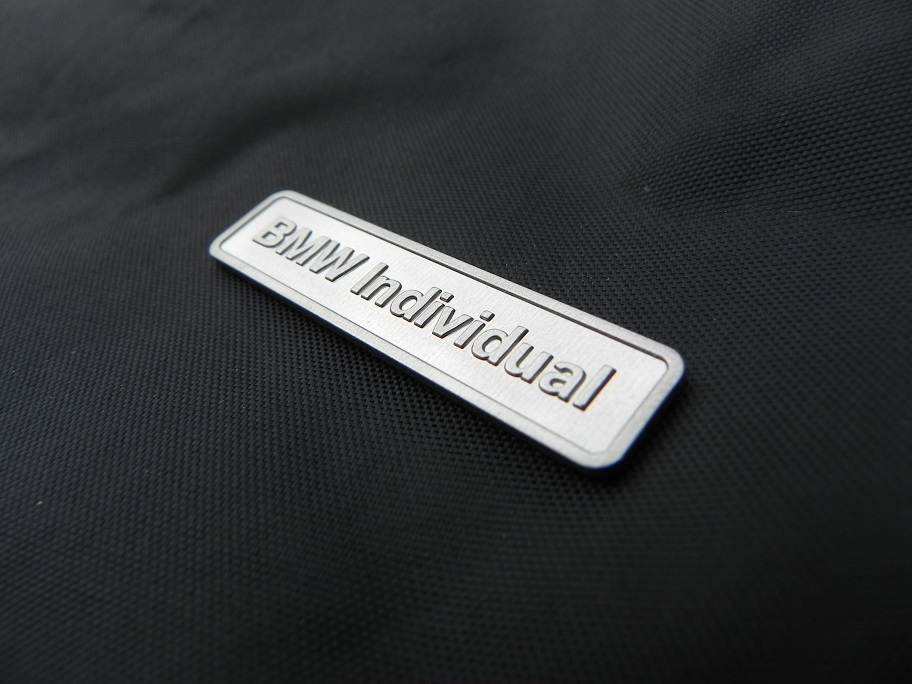 original bmw individual logo emblem zeichen aluminium e36. Black Bedroom Furniture Sets. Home Design Ideas