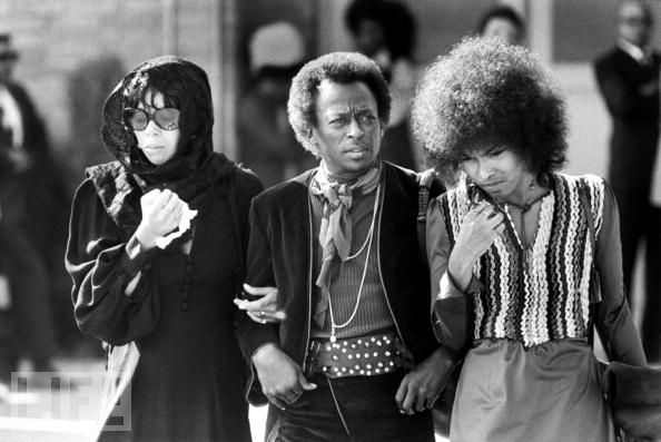 Miles Davis unter den Trauergästen bei Jimi Hendrix's Begräbnis'