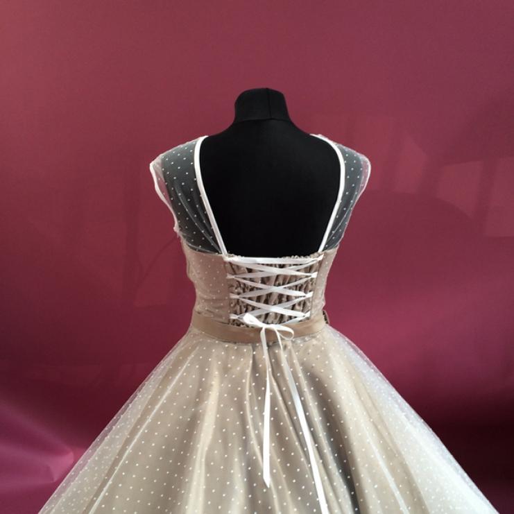 Die Schnürung im Rücken lassen das Kleid stets in perfekter Passform ...
